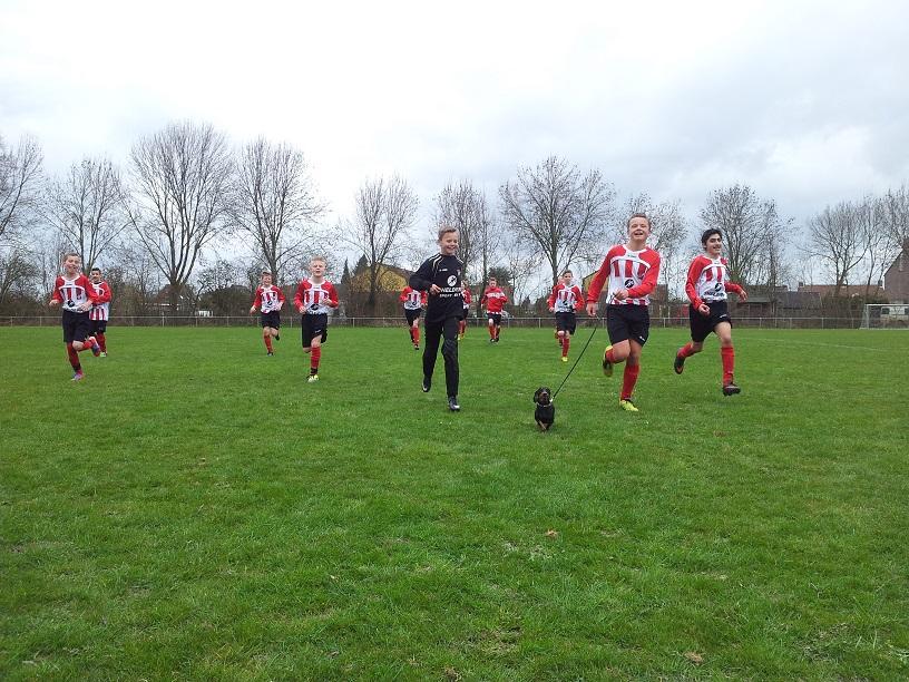 20140315_FC Lienden D1 - ArnhemseBoys D1 uitlopen met de mascotte teckel Guusje