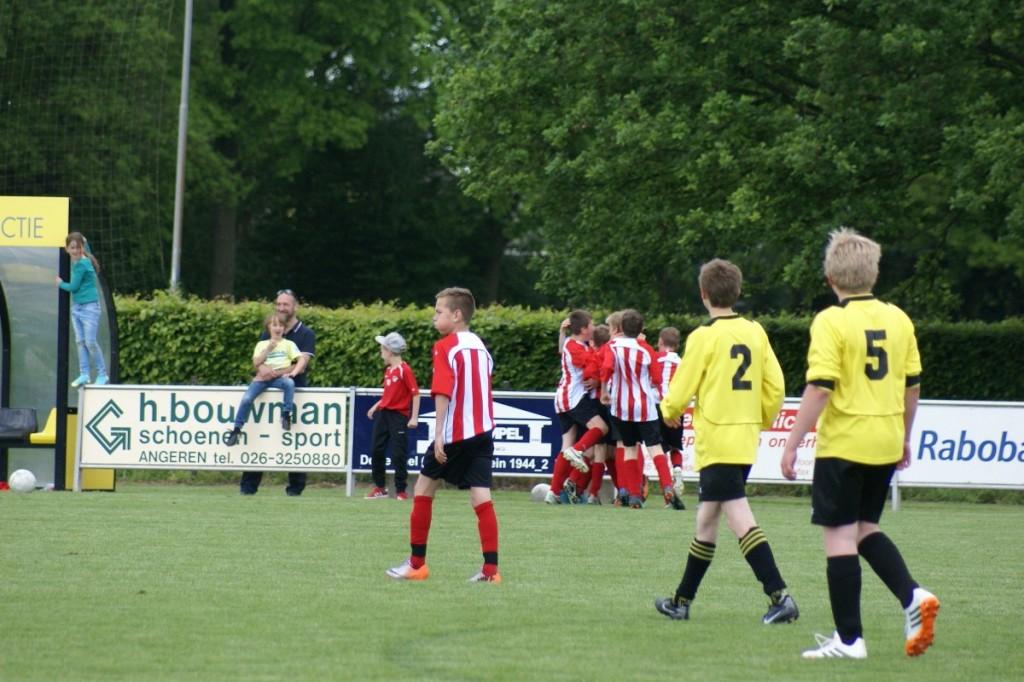 De 2 - 3 wordt door de spelers van Arnhemse Boys D3 gevierd